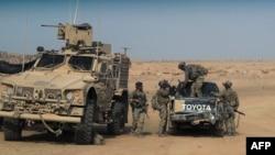 Pemberontak yang didukung AS tampak di desa Susah. provinsi Deir Ezzor, Suriah, bersiap melakukan serangan terhadap militan ISIS (foto: ilustrasi).