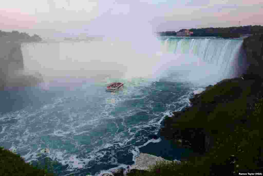 A Hornblower Niagara Cruise ventures into the mist of Horseshoe Falls, where more than 680,000 gallons of water flow per second. (R. Taylor/VOA)