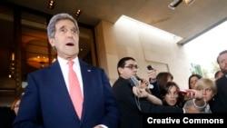 Ngoại trưởng Kerry nói chuyện với báo chí khi ông vừa tới Geneva, Thụy Sĩ 8/11/2013.