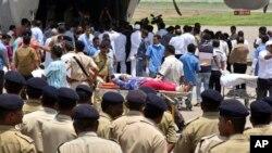 ဇူလိုင္လ ၁၀ ရက္ေန႔က Amarnath ဟိႏၵဴဘုရားေက်ာင္း အၾကမ္းဖက္တိုက္ခိုက္္မႈအတြင္း ဒဏ္ရာရသူမ်ား Surat ေလဆိပ္တြင္ေရာက္လာစဥ္