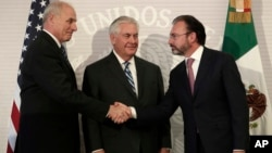 Američki državni sekretar Reks Tilerson (C), sekretar za unutrašnju bezbednost Džon Keli (L) i ministar inostranih poslova Meksika Luis Videgaraj