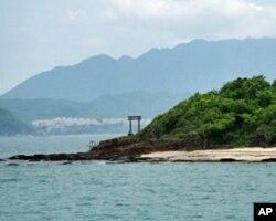香港東平洲(前)與深圳大亞灣(後)只一水之隔