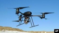 Los drones realizan cada vez más funciones de seguridad, sobre todo la de vigilancia utilizando cámaras de video.