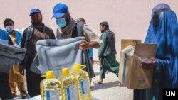 دا مرستې به د نړیوالو خیریه ټولنو له لورې اړمنو افغانانو ت ورکول کیږي