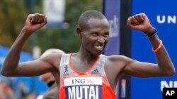 Geoffrey Mutai celebra su victoria en Nueva York.