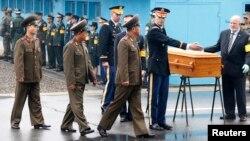 11일 한국 비무장지대 판문점에서 유엔 사령부 관계자들이 북한 군에 시신을 인계하고 있다.