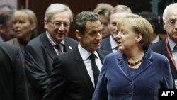 Thủ tướng Luxembourg Jean-Claude Juncker (trái), Tổng thống Pháp Nicolas Sarkozy (giữa) và Thủ tướng Đức Angela Merkel tham dự hội nghị thượng đỉnh Châu Âu ở Brussels, 26/10/2011