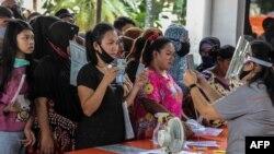 Warga menerima bantuan tunai langsung (BLT) sebesar Rp 600 ribu di tengah wabah virus corona, di Medan, Sumatra Utara, 18 Mei 2020. (Foto: AFP)