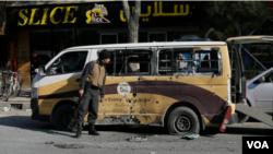 一名阿富汗安全官員檢查在喀布爾火箭彈襲擊嚴重損壞的汽車。 (2020年11月21日)