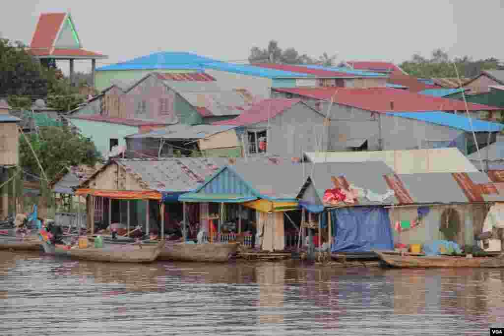 A village in Akrey Ksatr Commune, Kandal Province, Cambodia, September 27, 2014. (Nov Povleakhena/VOA Khmer)