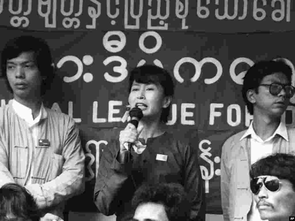 昂山素季1988年成为全国民主联盟领导人,第二年被控威胁国家罪名而遭到拘留。图片来源:路透社