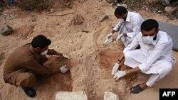 Volonteri tragaju za telima 53 osobe pogubljene u gradu Sirt, 23. oktobar, 2011.