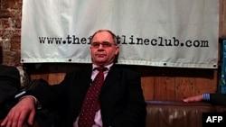 Ông Rudolf Elmer đã trao các đĩa chứa đựng thông tin cho người sáng lập WikiLeaks Julian Assange