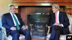 Ngoại trưởng Mỹ John Kerry nói chuyện với Ngoại trưởng Jordan Nasser Judeh trong cuộc họp tại dinh thự của đại sứ Mỹ ở Rome, ngày 9/5/2013.
