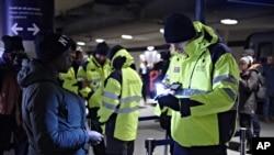 کنترل گذرنامه ها و کارت های شناسایی مسافران ورودی یه ایستگاه قطاری در کپنهاگ دانمارک - ۱۴ دی ۱۳۹۴