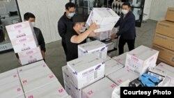 Đồ bảo hộ của các chủ tiệm nail gốc Việt được vận chuyển tới các cơ sở y tế ở miền nam California.