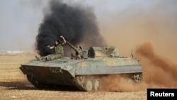 Des combattants rebelles conduisent un véhicule militaire à la périphérie de Tell Rifaat town, au nord d'Alep et contrôlée par les Forces Démocratiques de syrie (SDF) Syrie, le 22 octobre 2016.