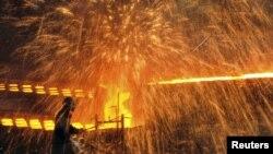 2012年12月4日中國遼宁省大連市一家鋼鐵廠的一名工作的工人