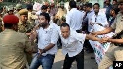 Polisi India menahan beberapa aktivis dalam protes terhadap aksi pembunuhan tersangka pemerkosa di penjara Nagaland, Gauhati, India (7/3).