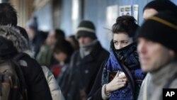 Neoyorquinos se cubren hasta la cabeza para protegerse de las gélidas temperaturas.