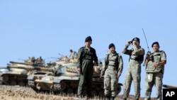 Suriye sınırında Kobani'deki çatışmaları izleyen Türk subayları