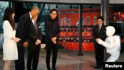 Presiden AS Barack Obama bertemu robot Asimo saat berkunjung ke Museum Nasional Sains dan Inovasi di Tokyo, April 2014.