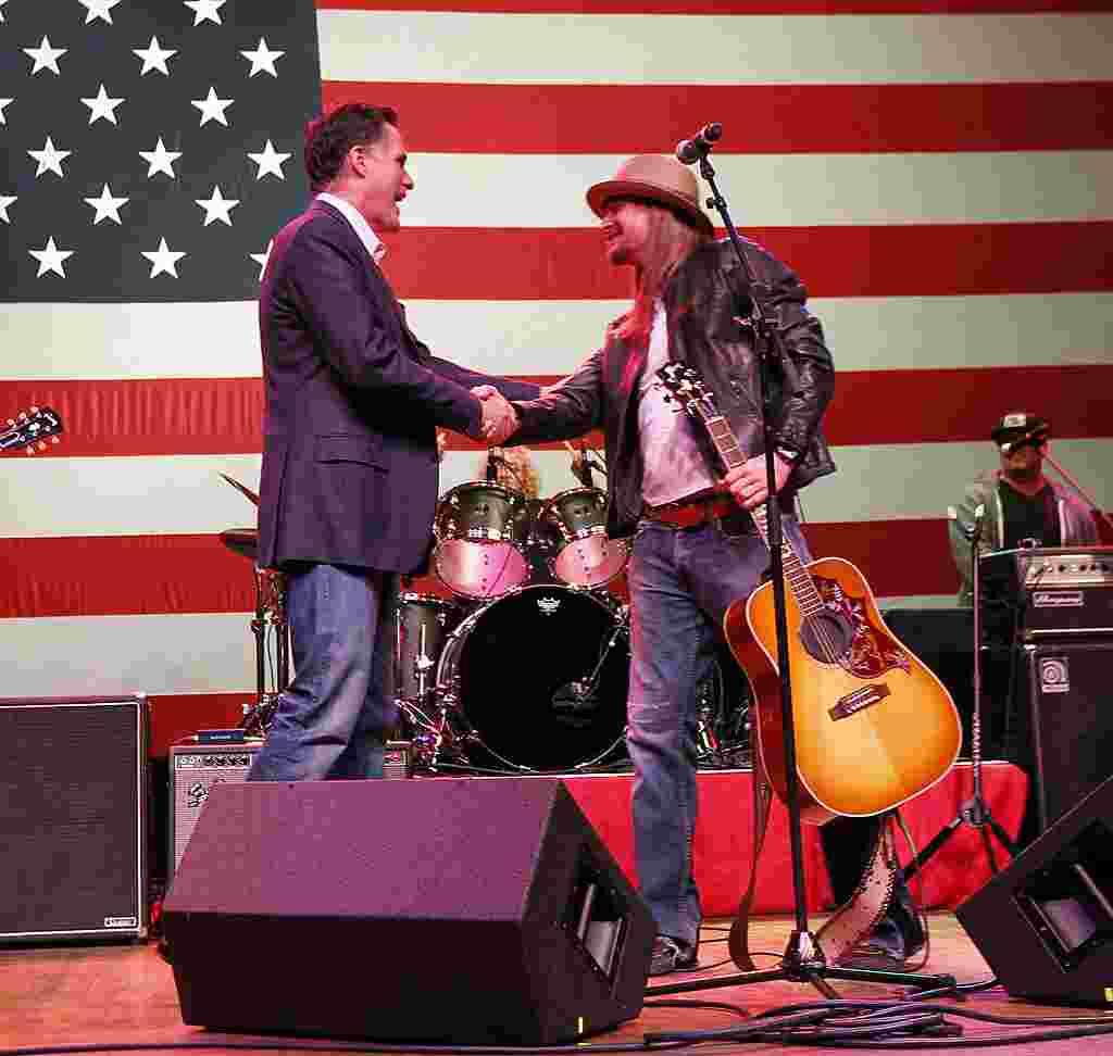 Mitt Romney berjabat tangan dengan musisi Kid Rock setelah Rock membawakan sebuah lagi pada kampanye Romney di Royal Oak, Michigan, 27 Februari 2012 (AP).