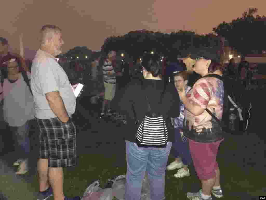 美国普通民众在国家大草坪上观看烟火表演后自觉带走自己的物品及垃圾