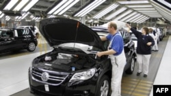 Công nhân làm việc tại nhà máy sản xuất xe hơi Volkswagen ở Wolfsburg, Đức.