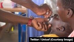Uma criança recebe uma dose da vacina contra a pólio (RDC, Twitter/Unicef, arquivo)