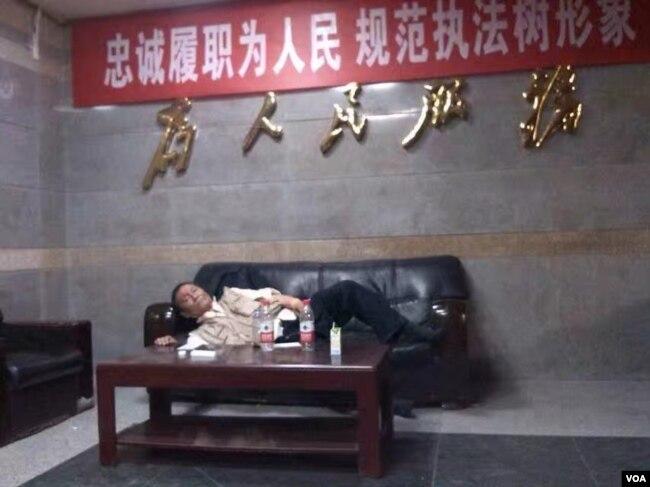 受伤的倪玉兰的丈夫董继勤在派出所