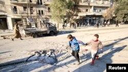 지난 8일 시리아 반군이 점령하고 있는 알레포 지역에 정부군 공습이 있는 후 어린 아이들이 공습 흔적으로 남은 구멍 주변에서 뛰놀고 있다. (자료사진)