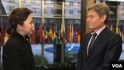 美国国务院助理国务卿马林诺夫斯基(右)接受美国之音采访