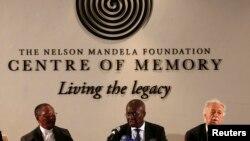 南非副首席大法官(中)2月3日在曼德拉纪念中心宣读曼德拉的遗嘱