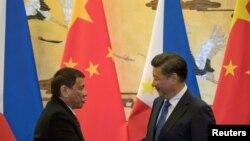 菲律賓總統杜特爾特(左)2016年訪問中國與習近平握手照。