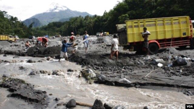 Pasir yang dimuntahkan oleh Merapi, menjadi rejeki tersendiri bagi para warga setempat, untuk dijual sebagai bahan bangunan (10/1).