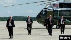 Agen Dinas Rahasia Amerika tiba dengan helikopter tambahan saat mengikuti perjalanan Presiden Donald Trump ke Joint Base Andrews di luar Washington, 9 Juni 2017.