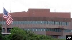 Anteriormente, para realizar el pago la embajada recibía bolívares, además de dólares en efectivo y tarjetas de crédito emitidas por un banco de Estados Unidos.