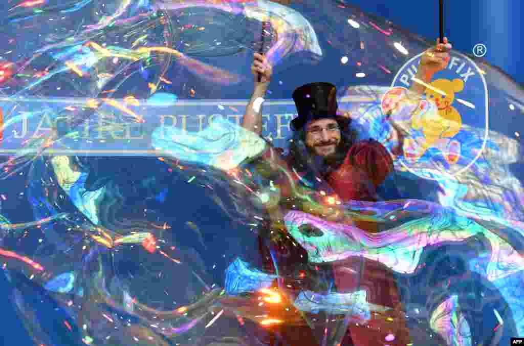 Sanatçı Aramis Gehberger'in Almanya'da düzenlenen uluslararası oyuncak fuarı için yaptığı eser büyük ilgi gördü.