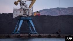 북한 라선항에 선적을 앞둔 석탄이 쌓여있다.
