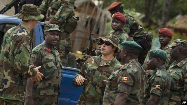 Anggota Pasukan Khusus AS sedang berbicara dengan pasukan Republik Afrika Tengah dan Uganda di Obo, Afrika Tengah (Foto: dok)). Dewan Keamanan PBB memperpanjang satu tahun mandat kantor pemelihara perdamaian PBB di Republik Afrika Tengah (24/1).