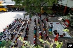 Pertemuan pagi pada hari pertama pembukaan kembali sebagian sekolah di Prayagraj, India, Rabu, 1 September 2021. (AP)