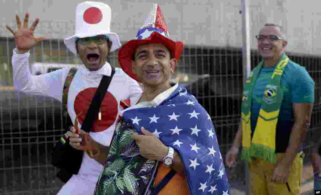 Fãs do Japão, Estados Unidos e Brasil, da direita para a esquerda, a caminho do estádio do Maracanã para a abertura dos Jogos Olímpicos 2016 no Rio de Janeiro, Brasil, Ago. 5, 2016.