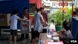 Warga Jakarta memasukkan surat suaranya di salah satu TPS Pilkada DKI 2012 (VOA/Andylala Waluyo)