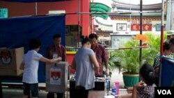 Warga keturunan Tionghoa menggunakan hak suaranya dalam pemilihan gubernur Jakarta putaran kedua. (VOA/Andylala Waluyo)