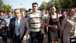 Macaristan'dan gönderildikten sonra Bakü'de Şehitler Yolu'nu ziyaret eden Ramil Seferov