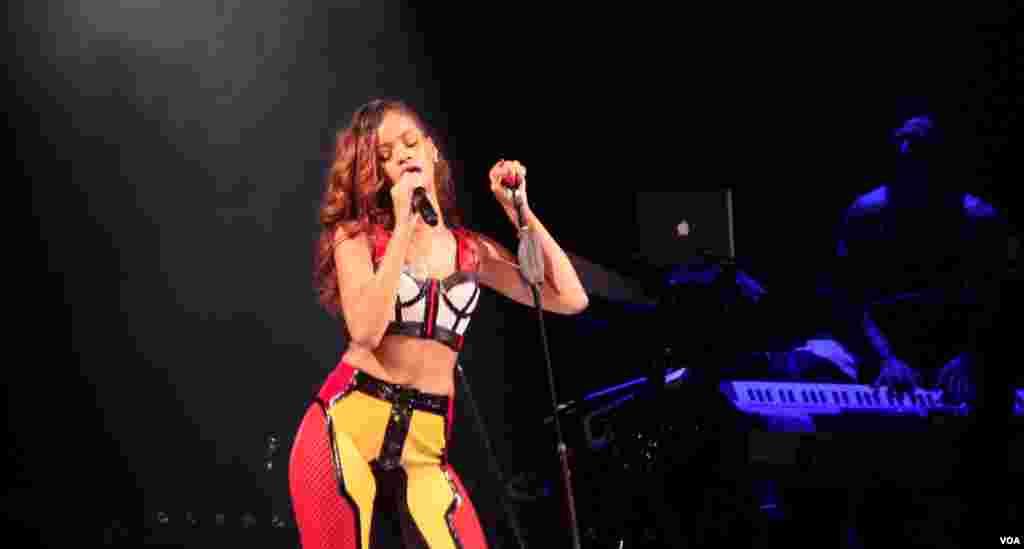 Sexy y atrevida Rihanna conquistó el escenario.