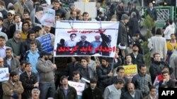 Những người ủng hộ chính phủ Iran cầm hình ảnh của cựu tổng thống Khatami và các nhà lãnh đạo đối lập Mousavi và Karroubi trên giá treo cổ, tụ họp tại Tehran vào thứ Sáu, 18/2/2011