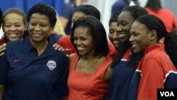 Prva dama Michelle Obama u Londonu, u susretu s američkim atletičarkama