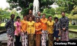 Sejumlah mahasiswa asing mengenakan busaha adat dalam sebuah acara. (Foto courtesy: Humas UGM).